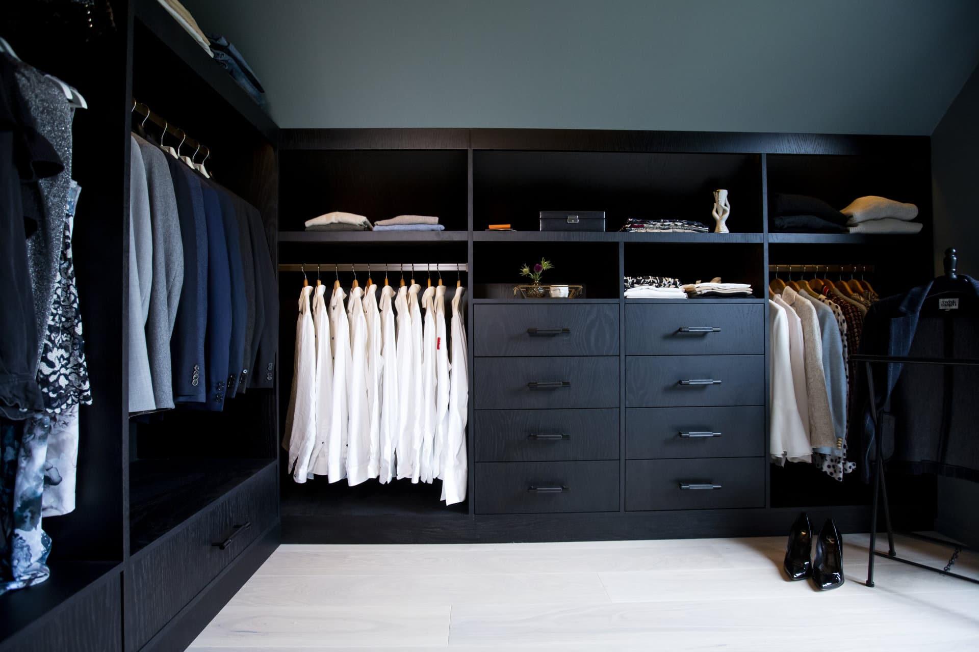 Walk in closet i svartbetsade ek