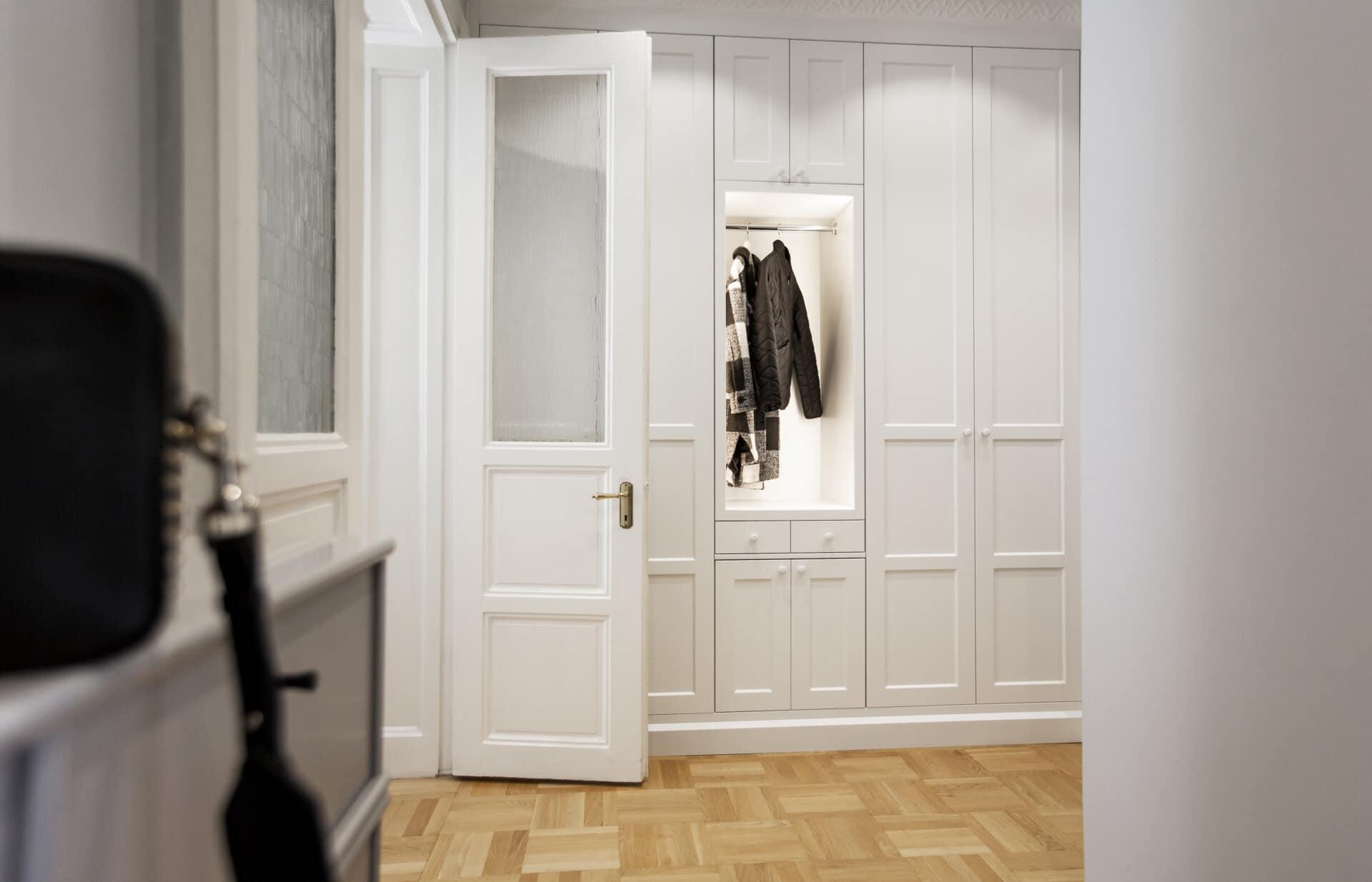 Garderobsvägg belysning nisch garderobsnisch vit infällande entre inspiration mysig entre snygg entre stor entre välkommen in