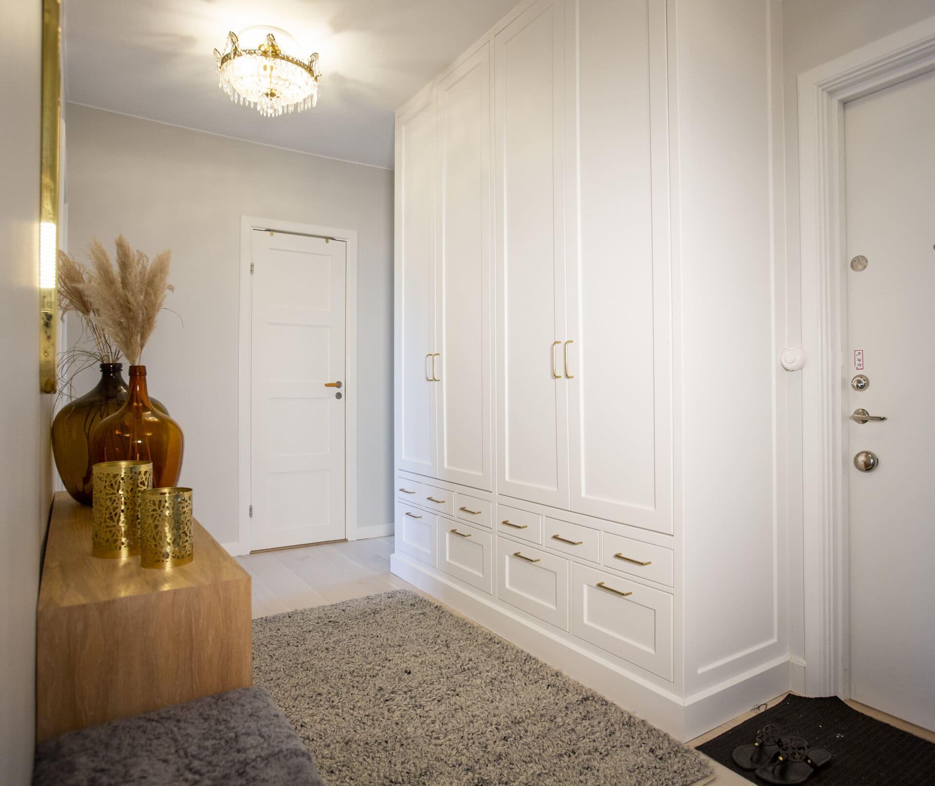 Platsbyggd garderob platsbyggt hall guldhandtag entre lådor vit garderob entre inspiration nyklassisk landshövdinge guldheden hallinspiration