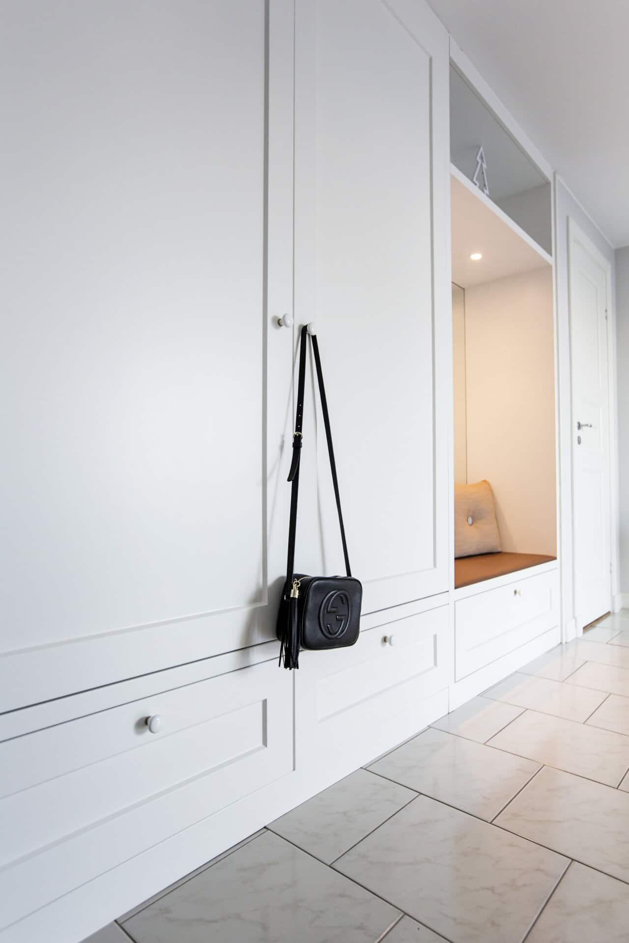 hallgarderober platsbyggd porslinsknoppar ramlucka lådor