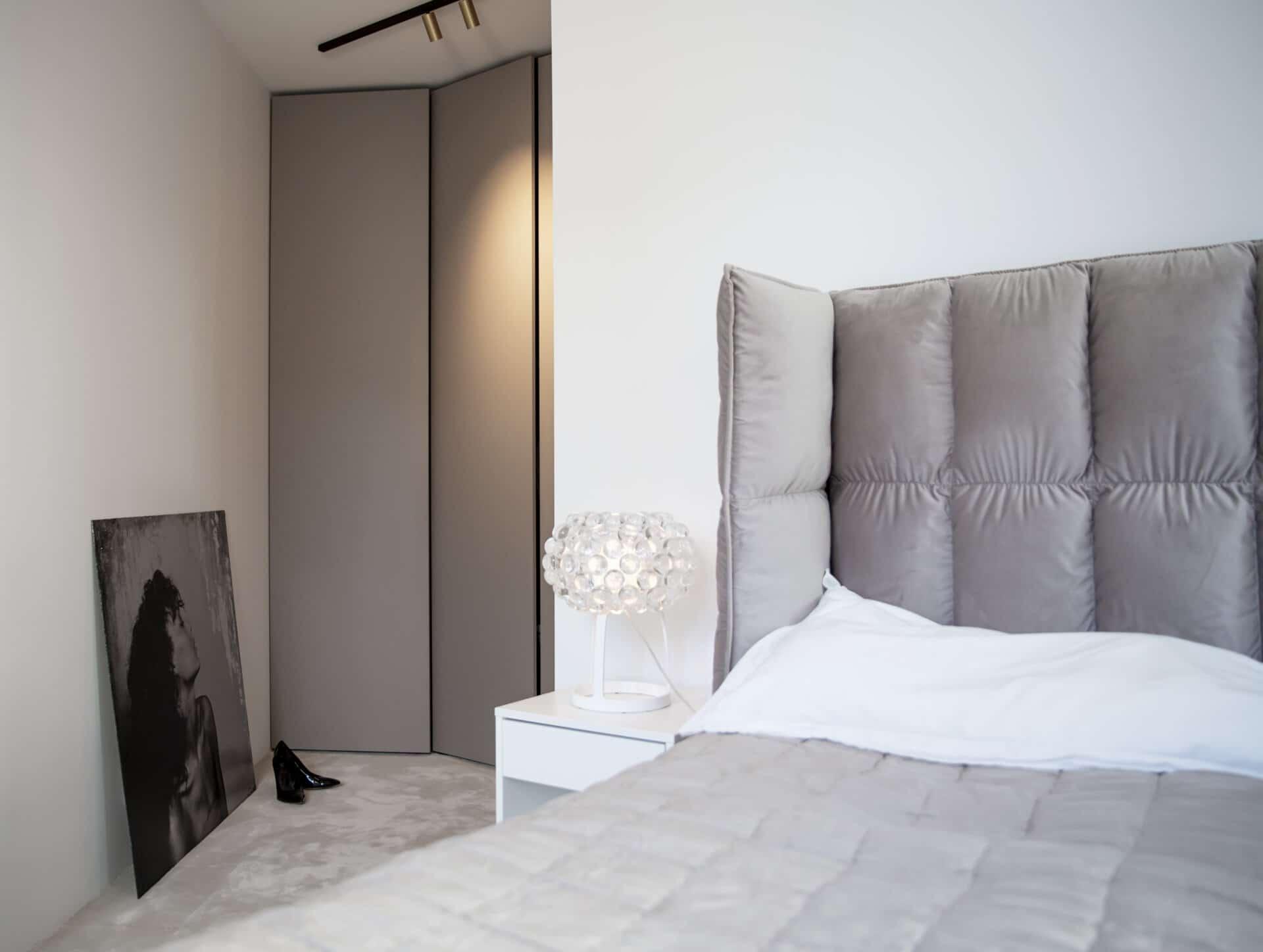 platsbyggt sovrum sänggavel säng walk in closet