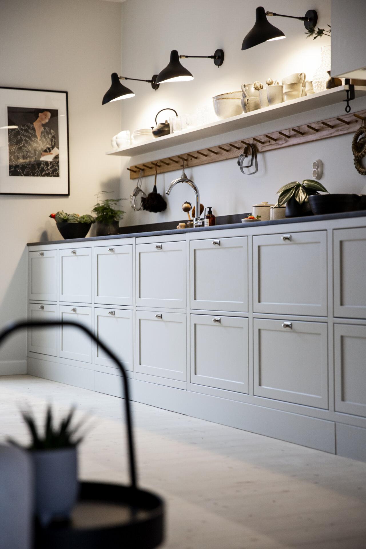 Platsbyggda shakerkök med symmetri knoppbräda väggbelysning lampetter platsbyggt knoppbräda