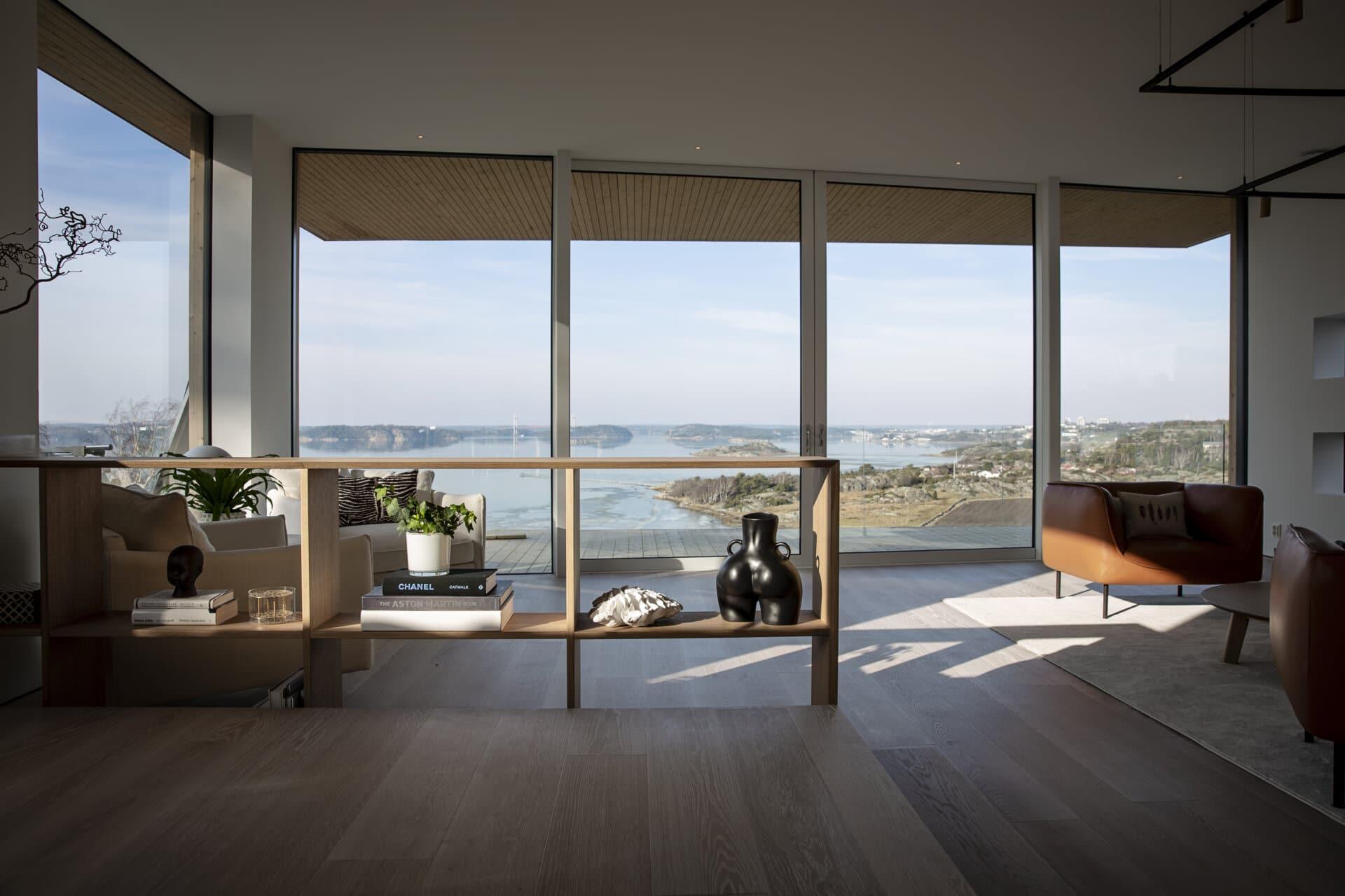 Villa Fernström - utsikt schucko glasdörrar skjutdörrar fönsterparti platsbyggt bokhylla rumsavdelare